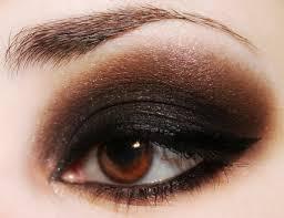 Voici un exemple de maquillage pour les yeux noirs, idéal en toute  occasion. Afin d\u0027obtenir l\u0027effet escompté, semblable à l\u0027image ci,dessus,  vous devez dans