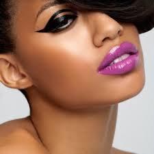 Maquillage peau noire lèvres violettes